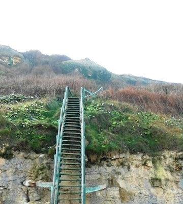 L'escalier d'accès à la mer ,plus récent mais hélas détruit par les tempêtes ...au fil du temps